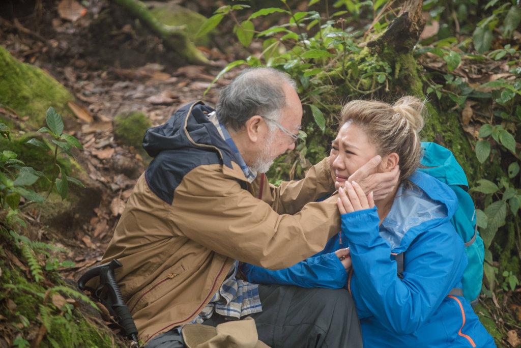 欣宜攀過樹林去營救跌倒的爸爸鵬哥,兩父女甫見面便哭不停。