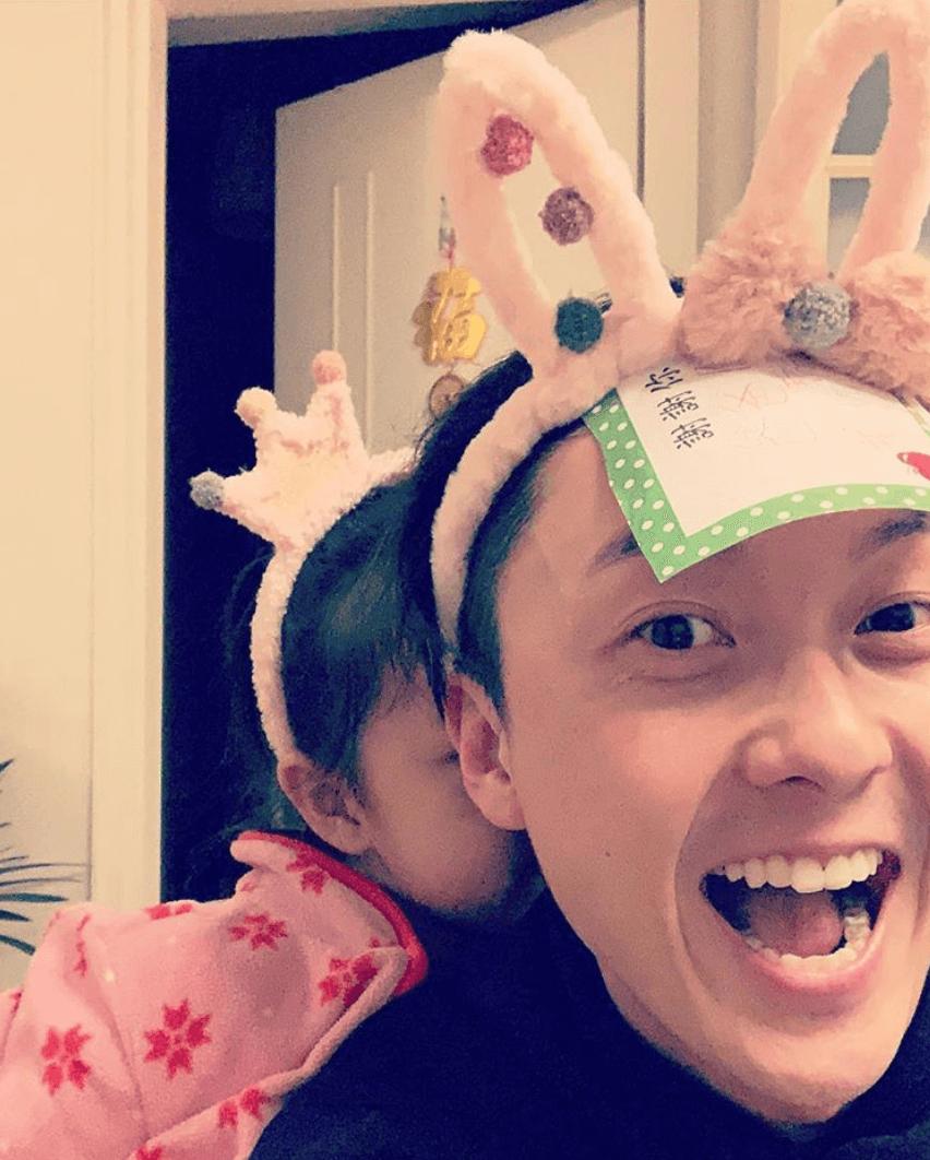 王浩信情人節就同「前世情人」喬喬一齊過,兩父女戴上頭飾,非常可愛