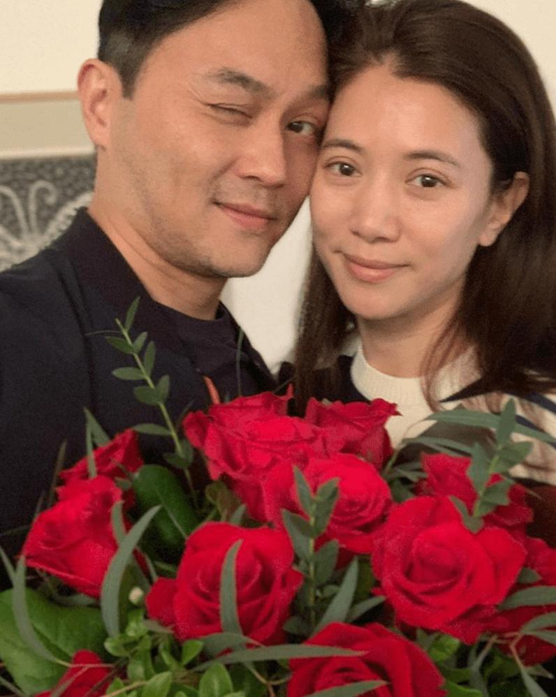 袁詠儀(靚靚)收到老公張智霖一大束紅玫瑰,兩人更頭貼頭合照,甜蜜程度爆燈