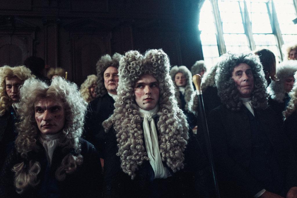 男性角色畫上唇紅齒白的濃妝、配戴高聳假髮,不走正統英式古裝路線。