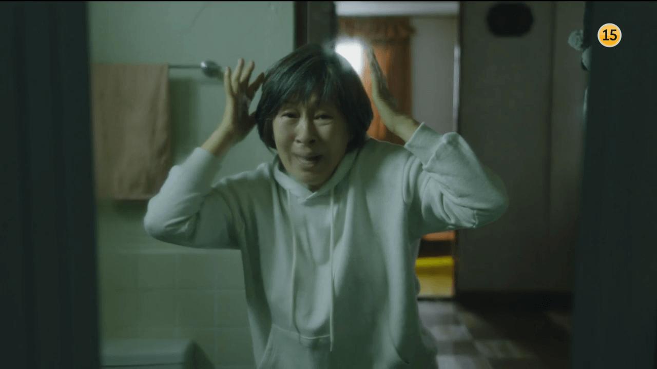 成功挽回爸爸的生命,惠子卻在一夜白髮,變成滿面皺紋的老婆婆。