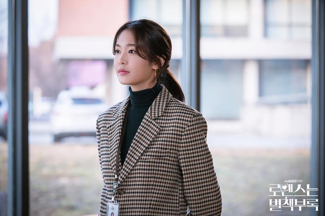 鄭幼珍飾演的女二是恩浩和丹伊的同事,極速上位。