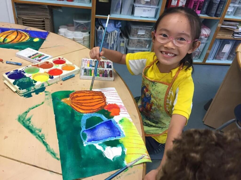 學校有很多課外活動,她選了繪畫班,發揮創意潛能。