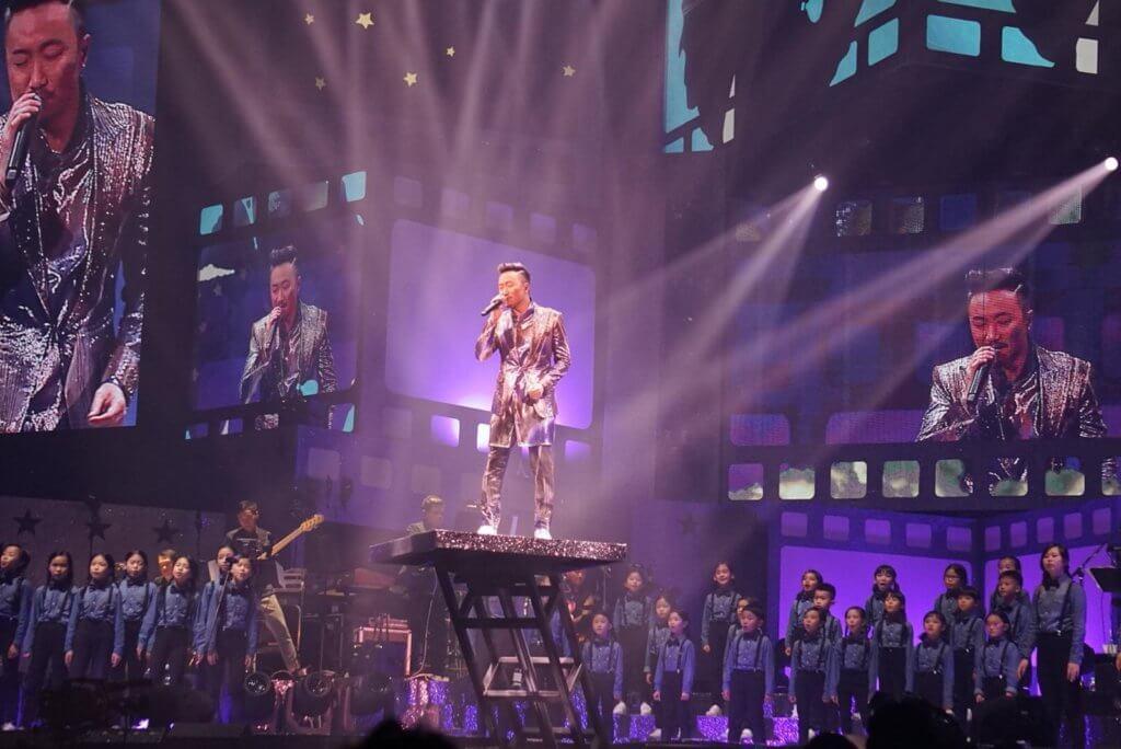 穎穎參加的合唱團早前獲邀在鄭中基演唱會表演。