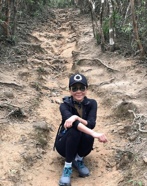 在周潤發感染下,嘉玲熱愛行山運動,更會挑戰高難度路線。