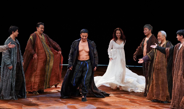 胡軍透露這次舞台劇花費兩年時間籌備,一家三口同台十分好玩,女兒飾演一個歌者,在劇中轉場時穿插出現。