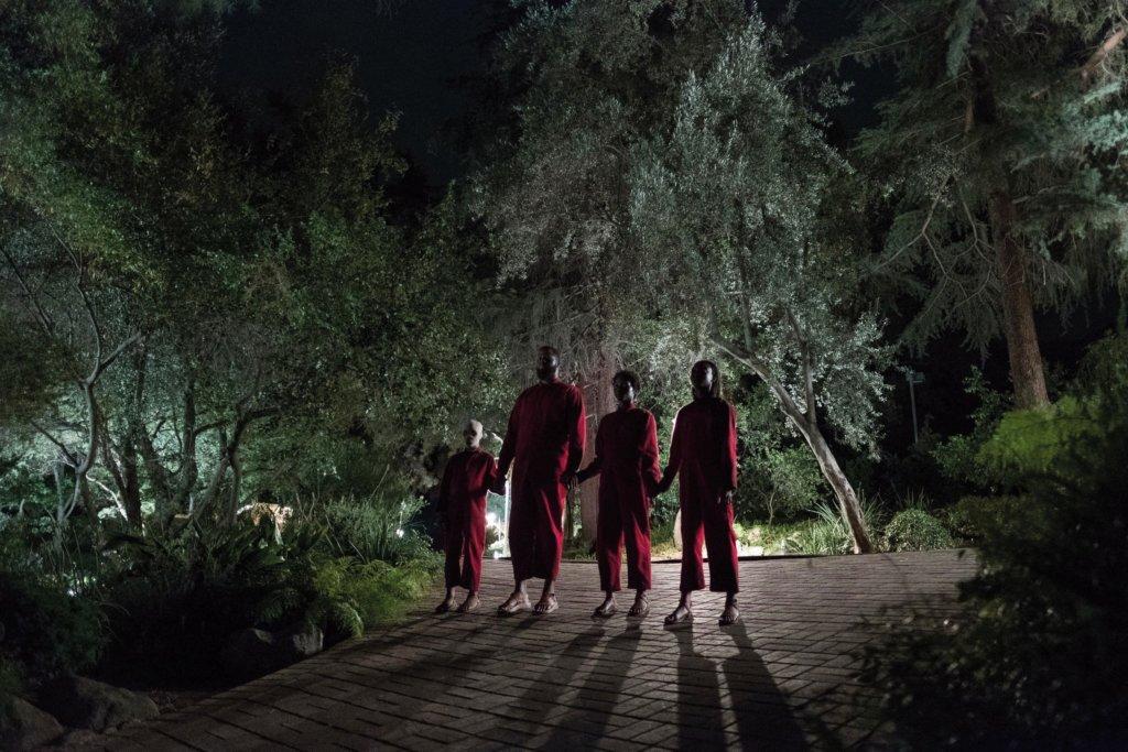 屋外來了四個來歷不明的人,竟然與主角一家四口一模一樣。