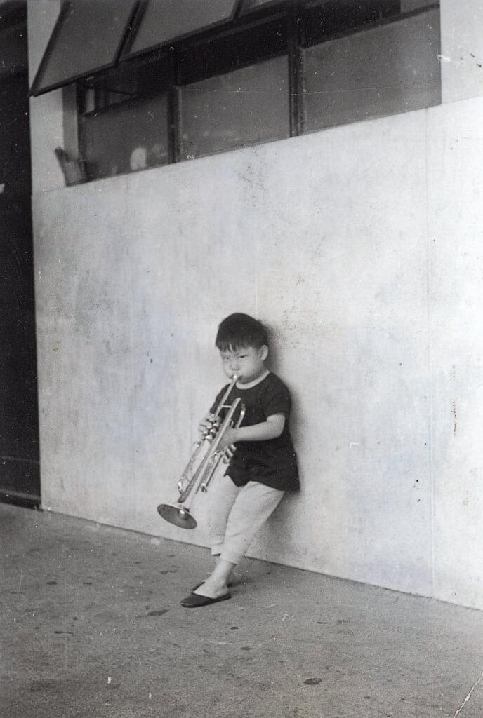 蘇永康父親以前是警察銀樂隊成員,他小時候就接觸不少音樂。