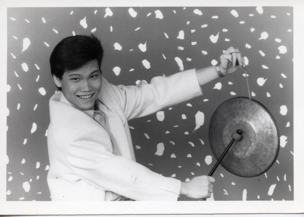 十七歲半參加新秀,與華星和無綫簽約入行。
