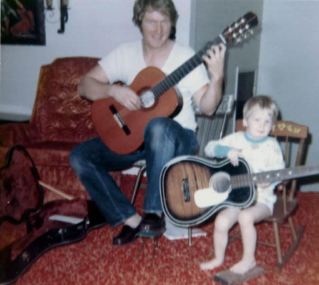 布偉傑爸爸最愛披頭四樂隊,他六歲便跟爸爸一起彈結他。