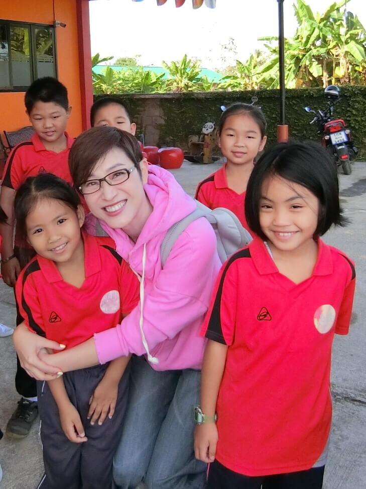 陳法蓉早前飛到泰國清邁探訪當地學生,更教導學生功課。