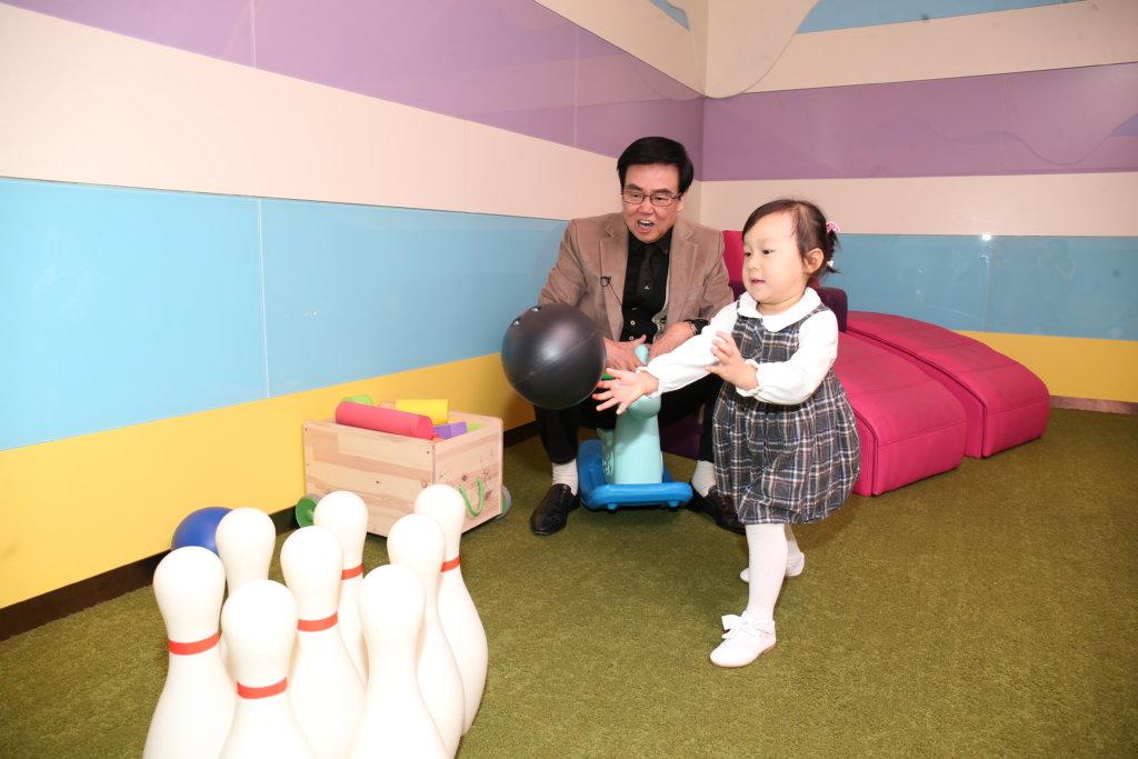 影院設有兒童遊戲區,有保齡球和畫板,讓小朋友等入場時玩樂。
