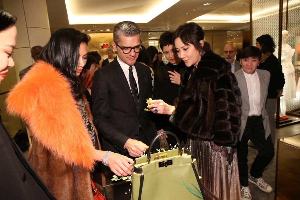 嘉玲向FENDI CEO及主席Serge Brunschwig及美國歌手Nicole Scherzinger介紹自己的設計。