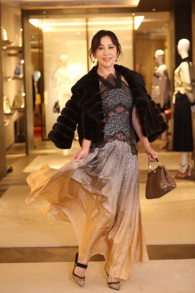 嘉玲喜歡簡單和型格打扮,並大讚老公梁朝偉有個人品味。