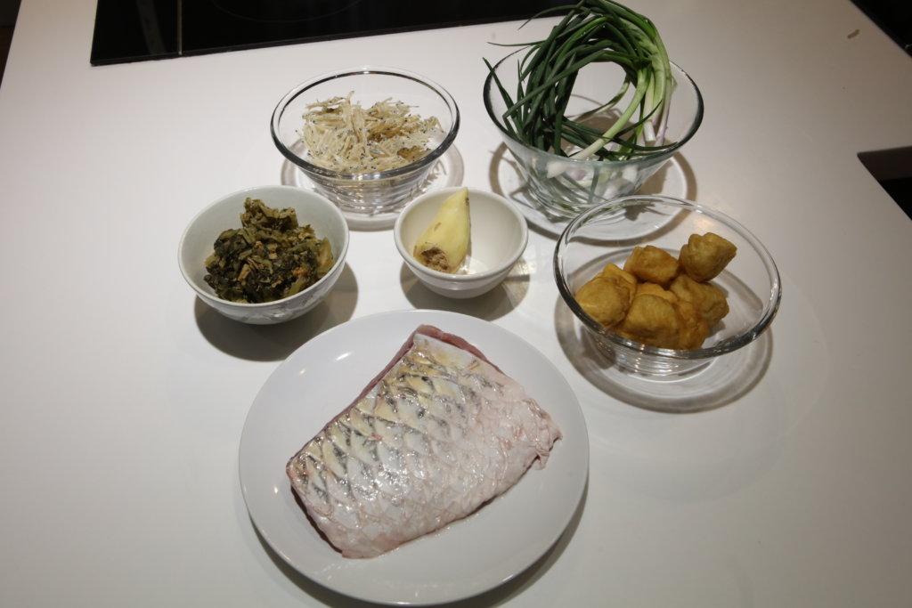無水焗鯇魚 豆腐卜 甜梅菜 銀魚仔 薑絲 葱段 鯇魚