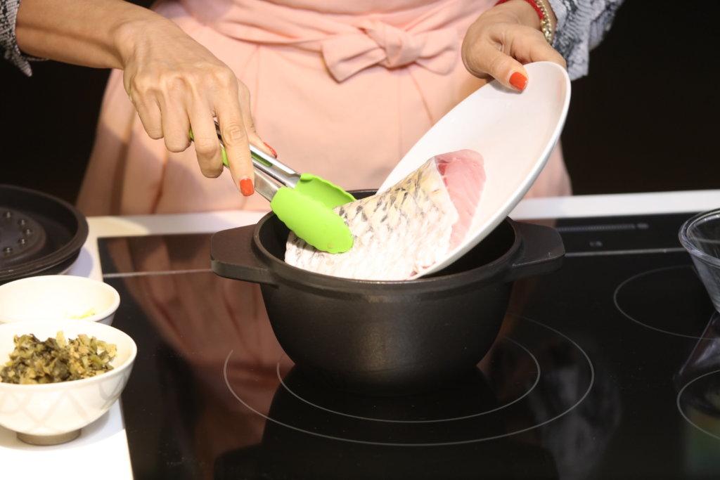 1先將材料放入鑄鐵鍋,豆腐卜本身有油,放在最底層,之後放荵段,因為荵段在鍋內蒸焗過程也會帶出一點水分。 2再放入鯇魚、薑絲。 3放入浸過的銀魚仔及浸過的梅菜,浸的原因是去沙及不會太鹹。
