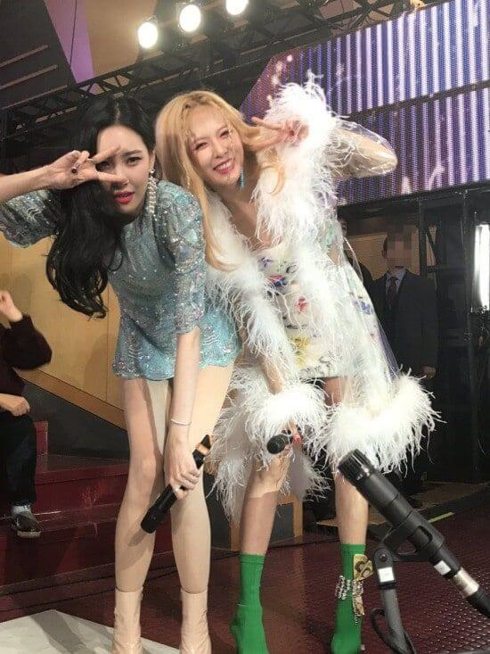 宣美和泫雅都是Wonder Girls的初始成員,近年在音樂放送節目碰面一樣感情依舊。