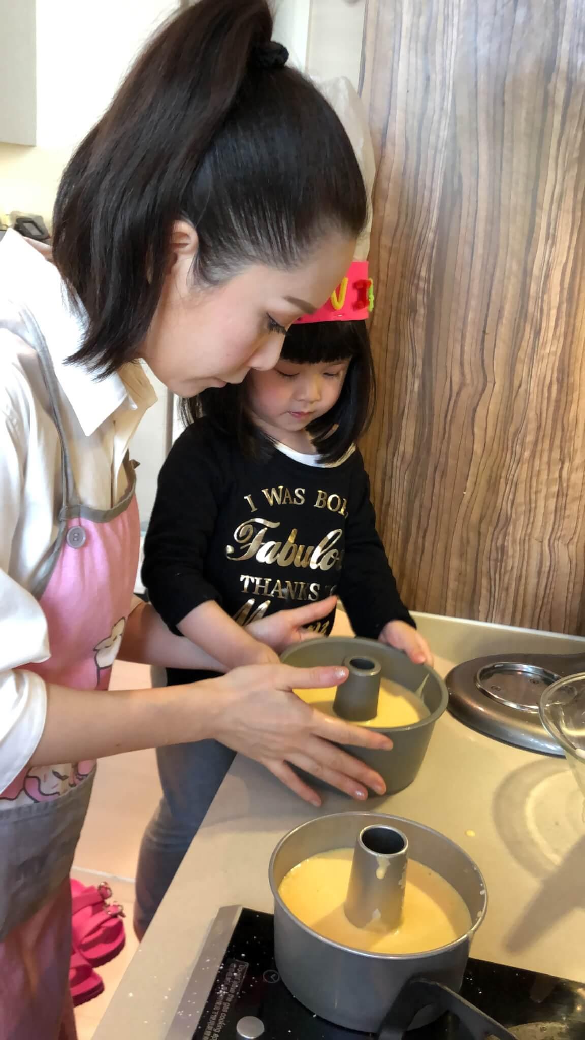 整蛋糕的過程,拍麵粉這些簡單步驟,Jade會讓心心幫手。