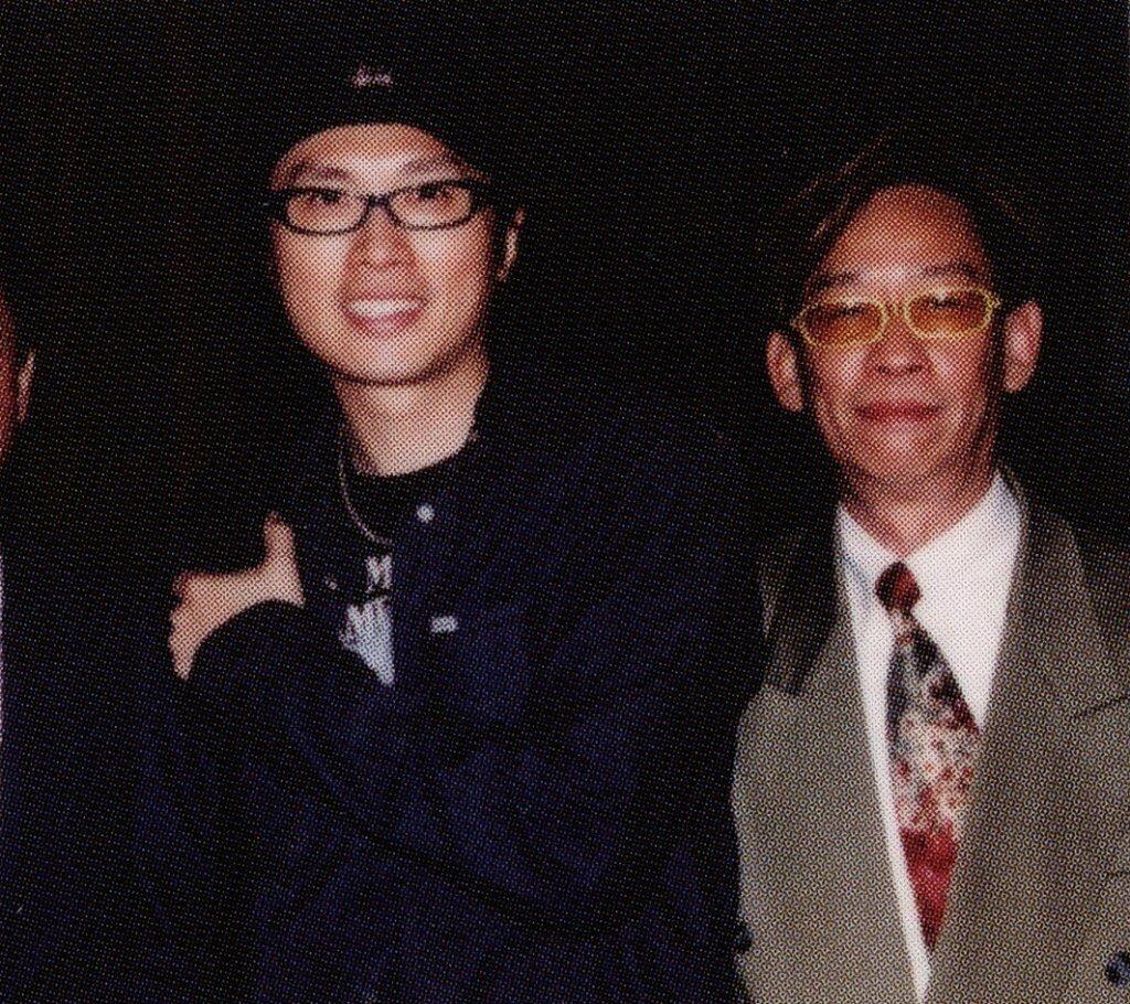 黃子華出唱片圓夢,當中《做馬仔》、《關老三》等歌詞由黎彼得填寫。