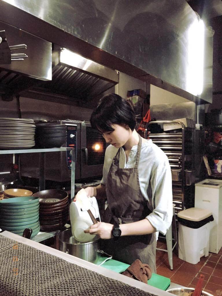 入行九年的李敏表示自己不擅交際,沒戲拍就在餐廳兼職,之前更去了加拿大工作假期,體驗生活。