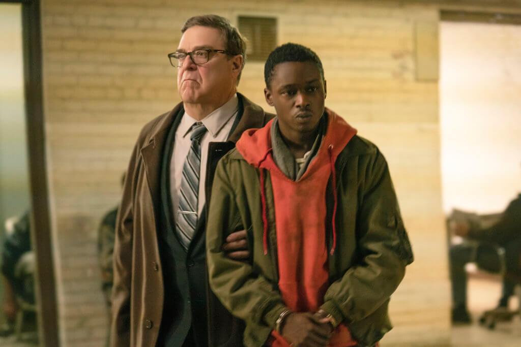 艾斯頓(右)飾演傳奇革命家的弟弟,受到約翰飾演的特種部隊指揮官監控。