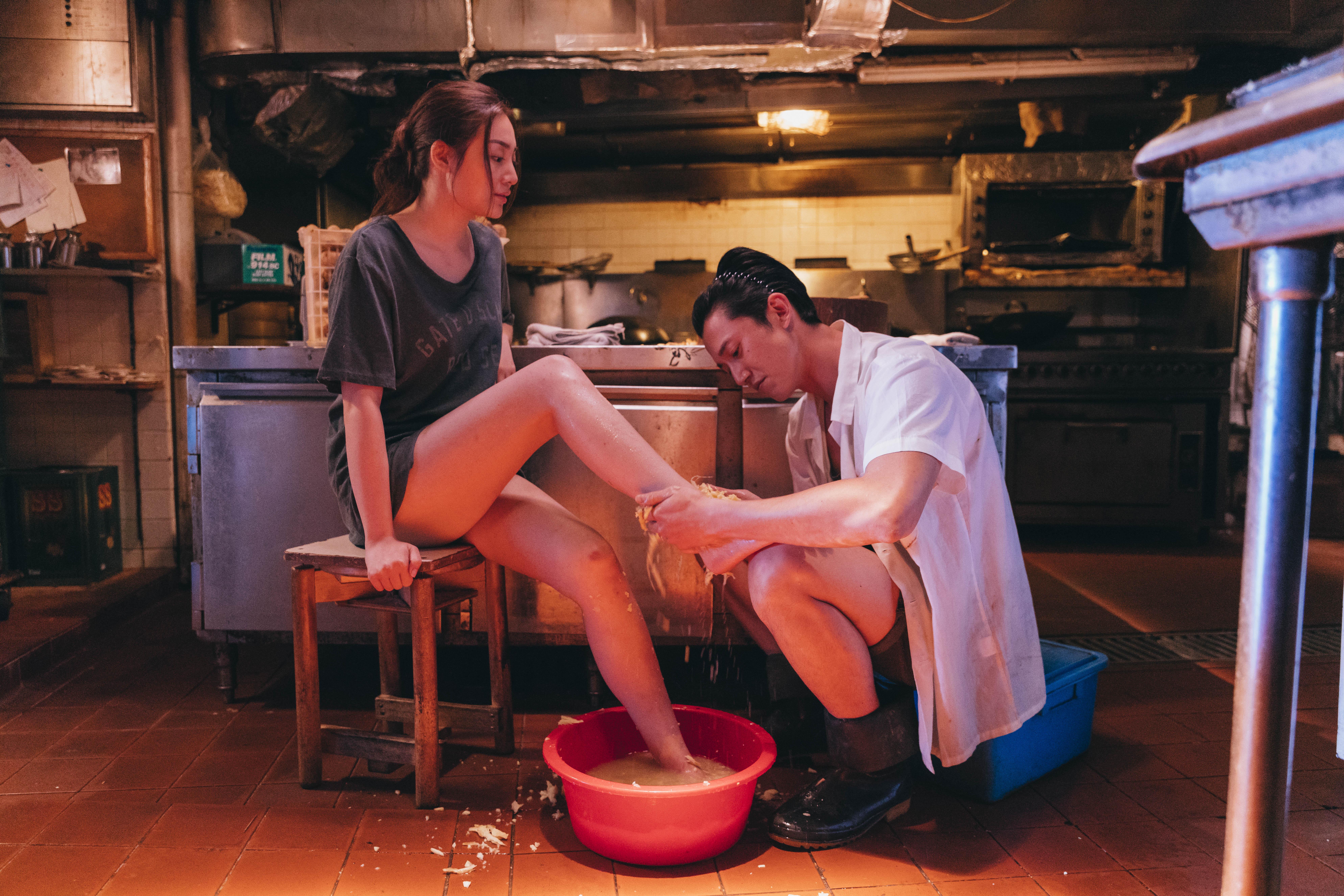 戲中慷仁跟郭奕芯亦有一場親熱戲,用薑水洗腳調情作開始。