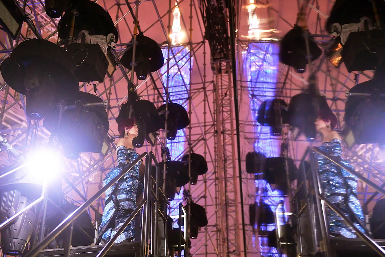 千嬅升上高空準備出場,這次演唱會,很多華星時代的歌曲如:《再見二丁目》、《抬起我的頭來》、《冰點》、《數你》、《少女的祈禱》都有出現。