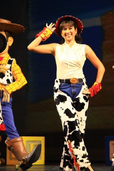 Crisel曾在香港迪士尼從事表演三年,做過《反斗奇兵》的牛女。