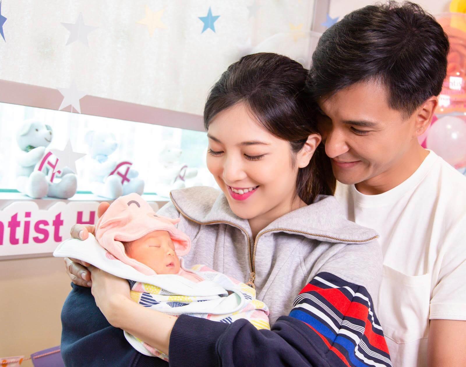 女兒Quinta月初平安出生,兩人即大曬一家三口的合照。