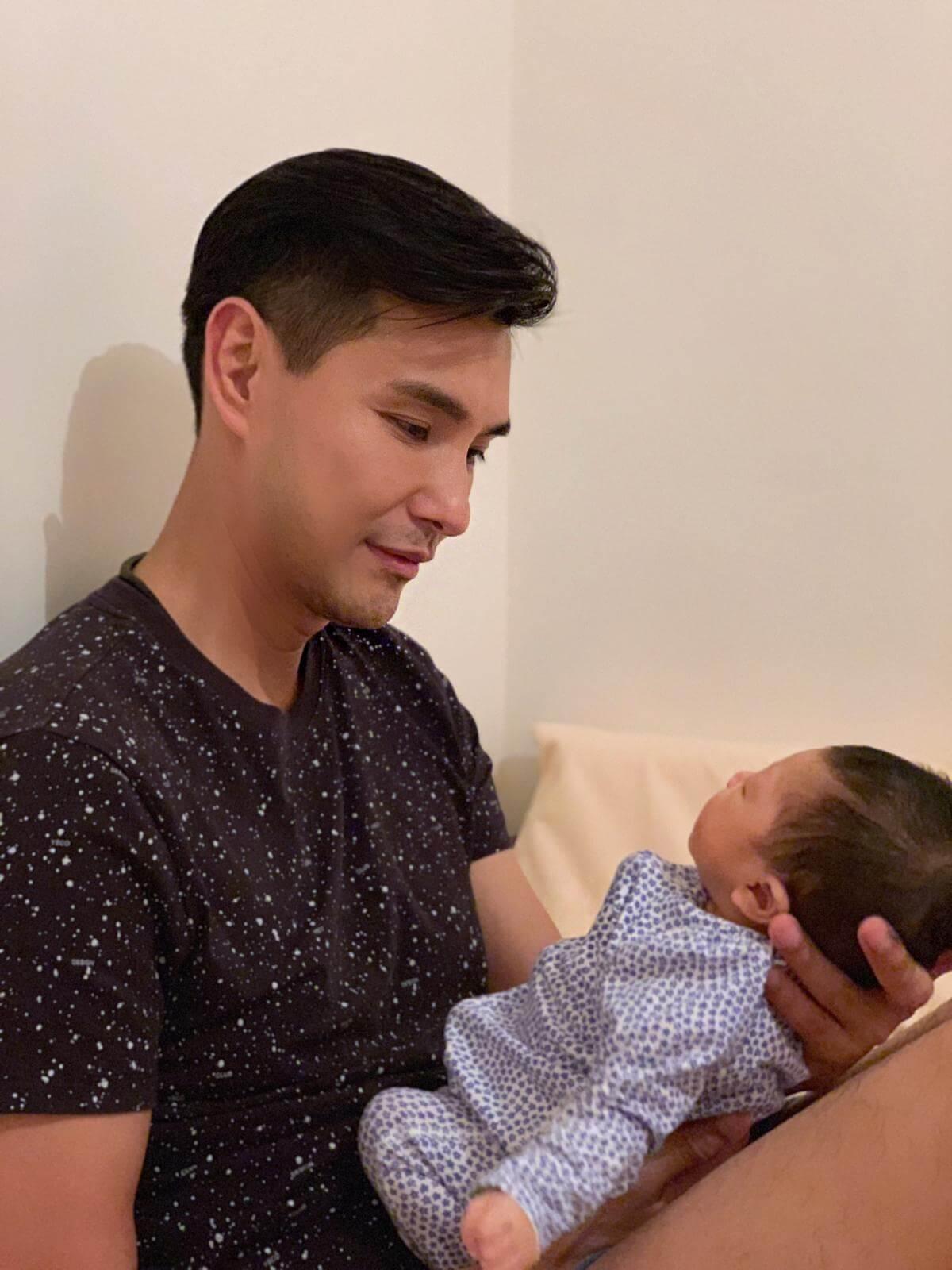 陳展鵬表示抱起BB時十分感動,更露出一幅慈父樣。
