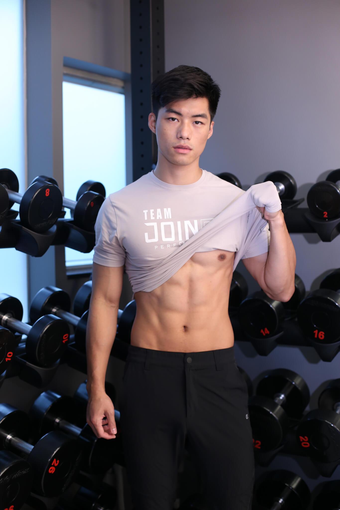 由健身教練轉型模特兒,他表示花了不少功夫。