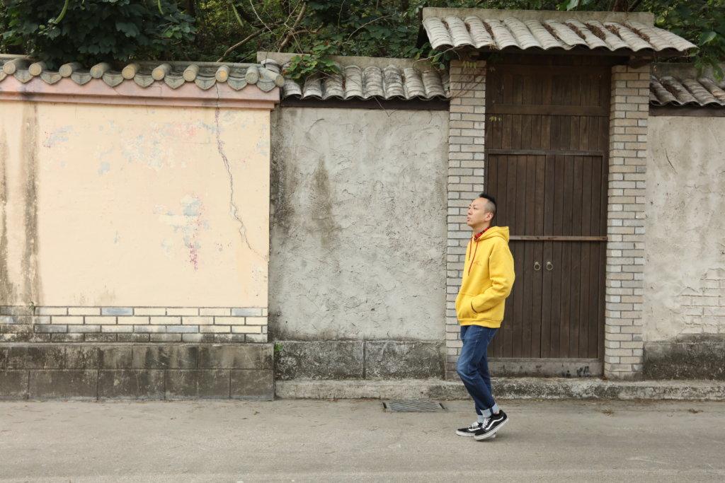 戴耀明邊行邊哼着歌,對未來仍然充滿憧憬!