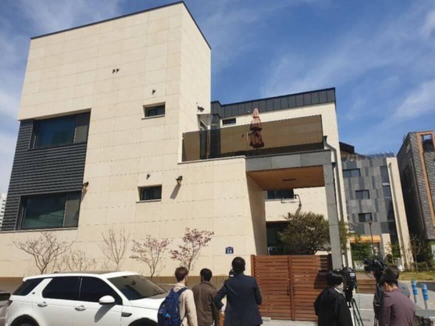 警方對朴有天展開突擊搜查,令其豪宅和名車曝光。