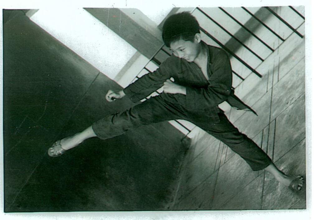 小時候的周啟生已非常好動,經常與鄰家的小孩在丁香樓十四樓平台玩耍。