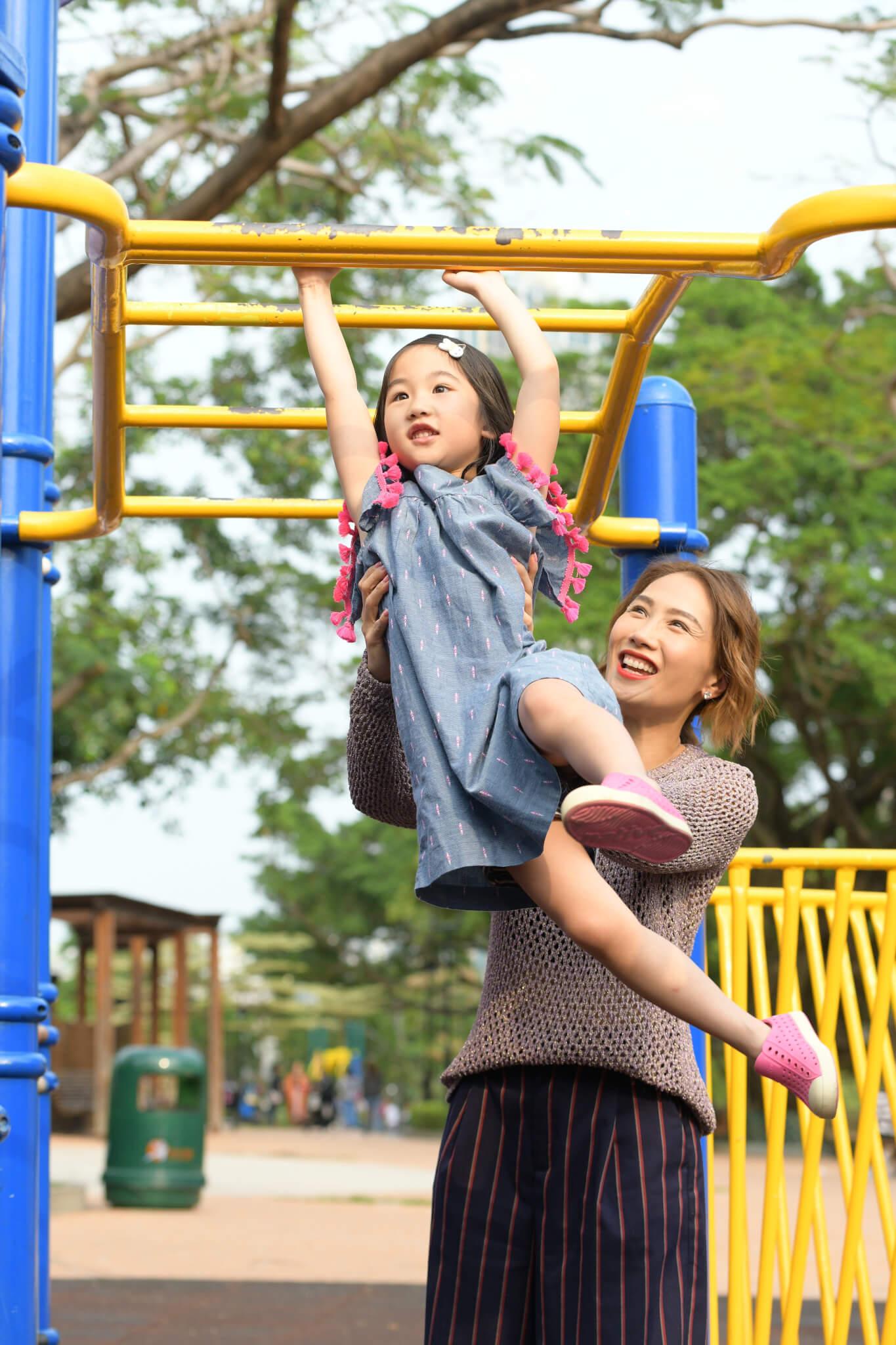 女兒Alycia十分活潑好動,經常爬高爬低。