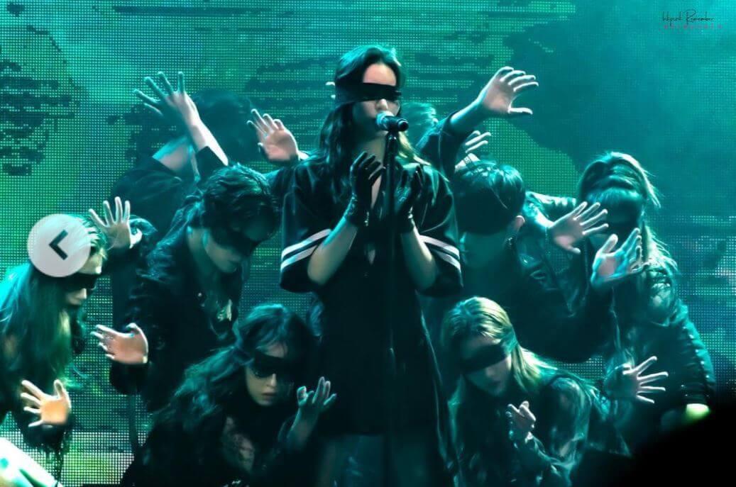 宣美蒙上眼睛,增加舞台的神秘感。