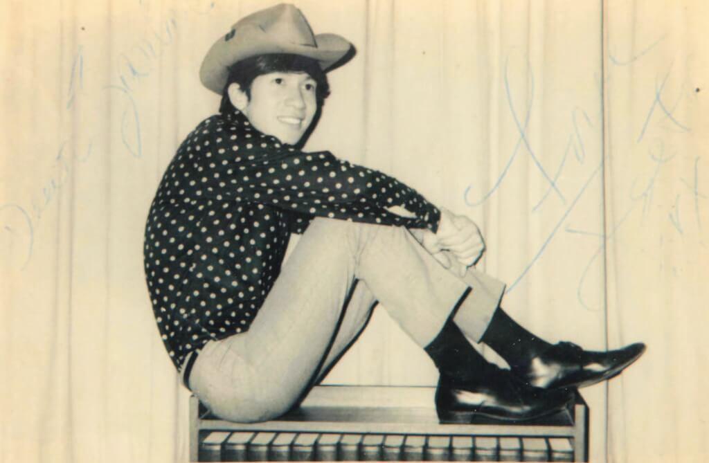 Joe Junior在六十年代出道時,是年輕活潑的偶像派歌手。