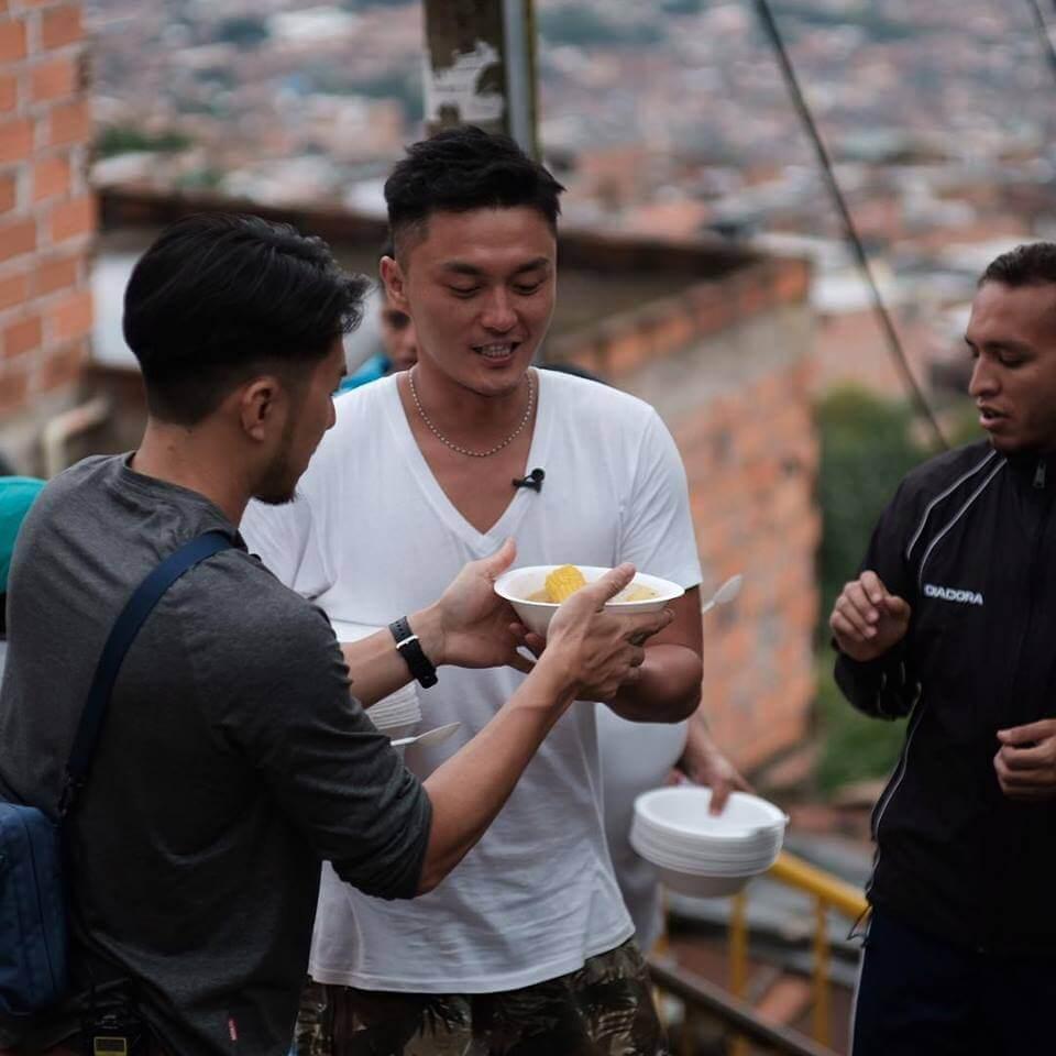 楊明與袁偉豪到貧民山區做義工,跟小朋友踢波及煲湯,相當有意義。