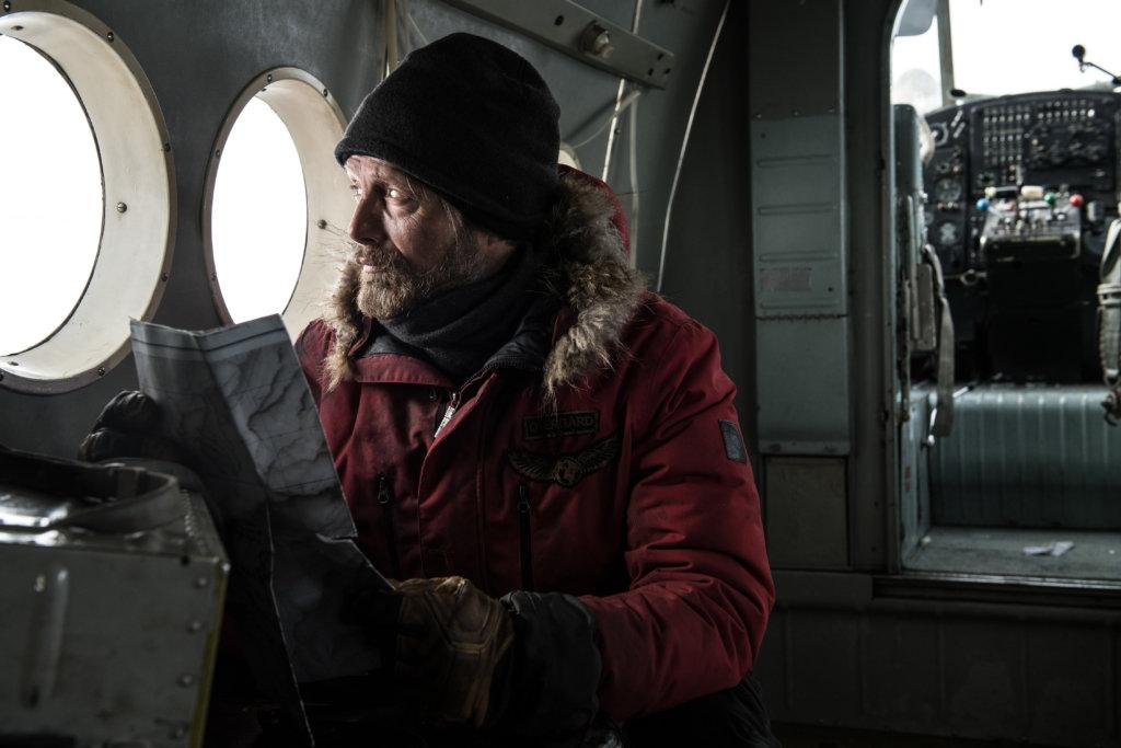 影片對白甚少,開場亦沒有交代飛機中的麥斯與另一名女乘客的關係。