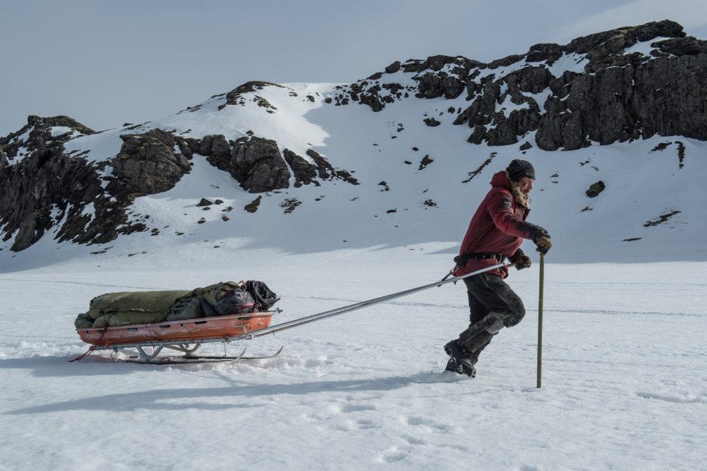麥斯在冰天雪地展開求生之旅,也照顧行動不便的女傷者。