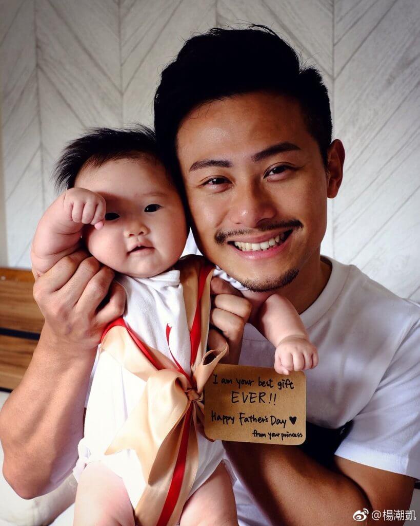去年女兒心悅出生,楊潮凱常貼出天倫樂照片。