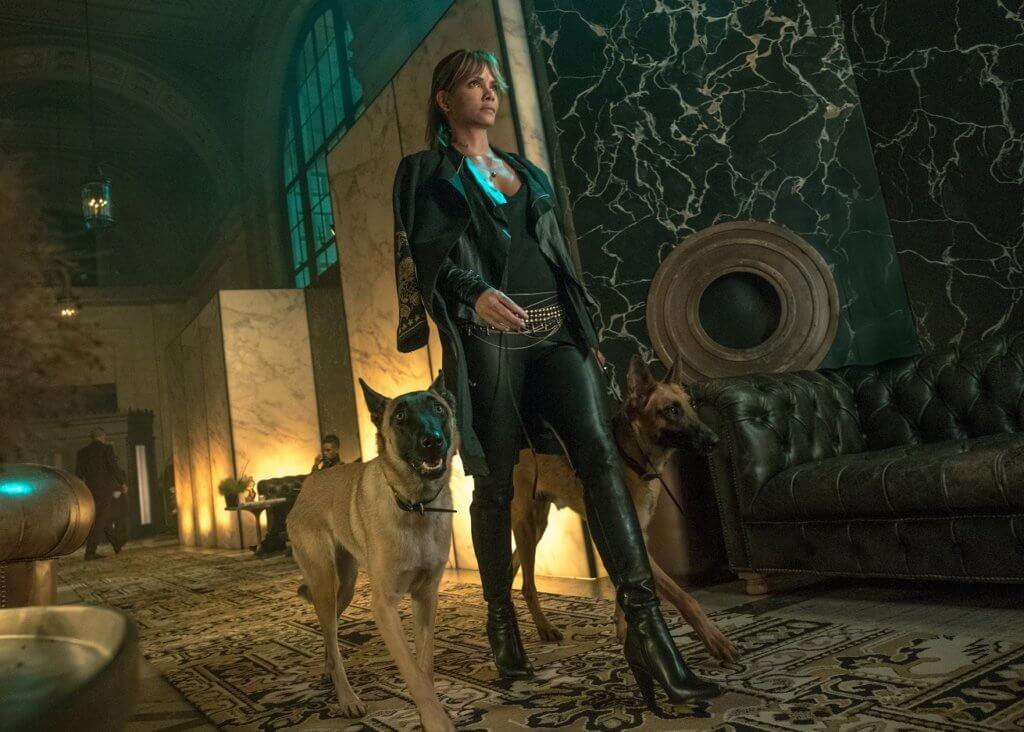 荷爾芭莉片中兩隻愛犬亦非常打得