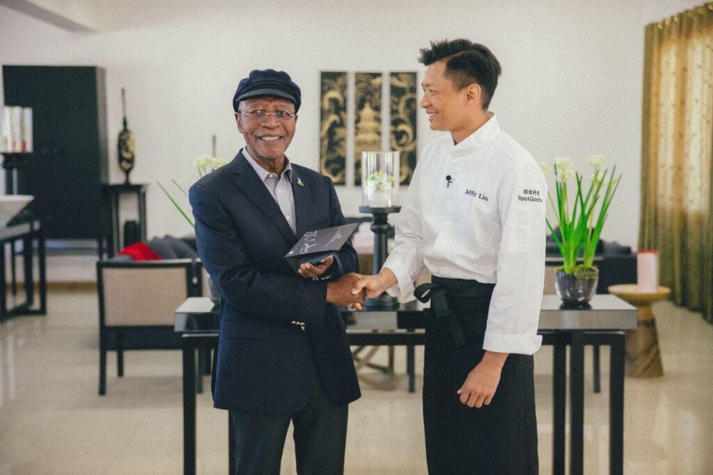 早前跟慈善團體赴非洲探訪,更有幸煮了一餐精進料理予賴索托前總理品嘗,備受讚賞。