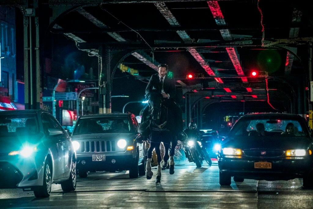 奇洛今集在紐約街頭騎馬開戰,型到爆燈。