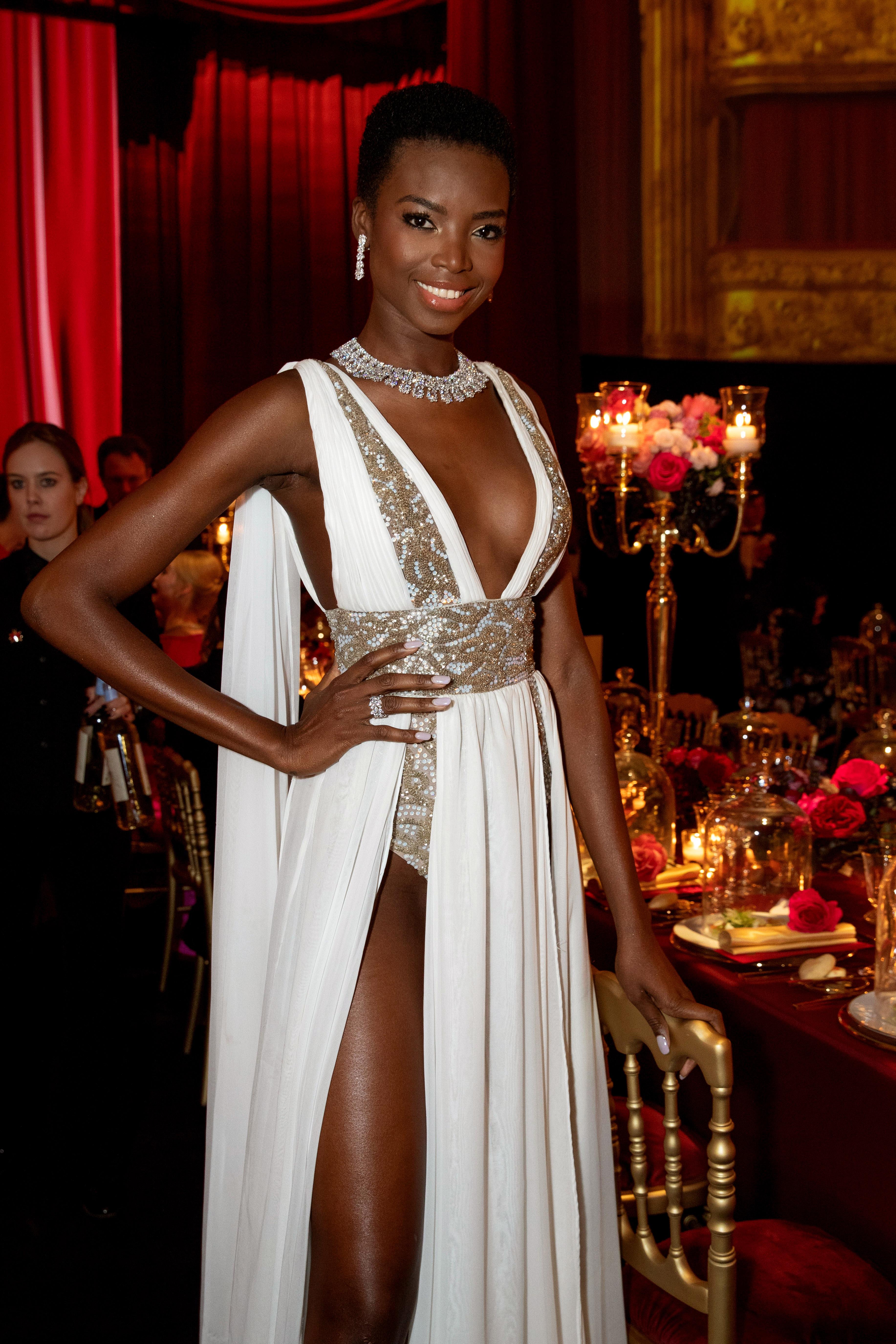 超模Maria Borges一襲白裙與鑽飾互相輝映
