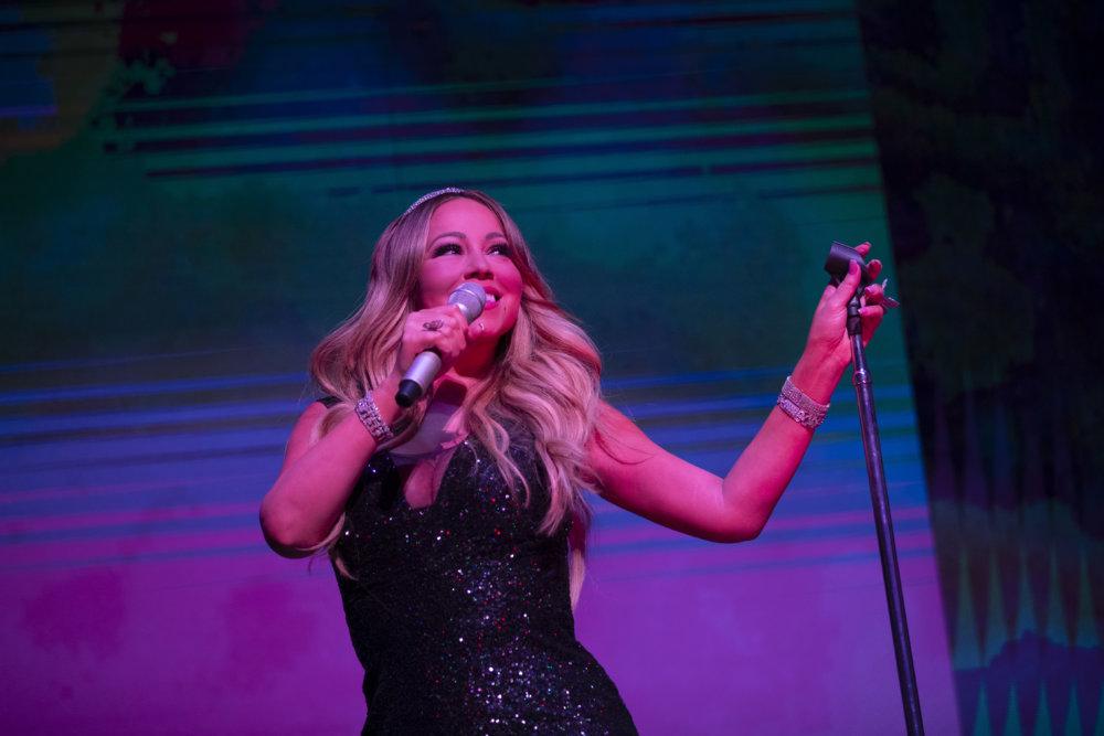 Mariah Carey為一眾賓客高歌數曲