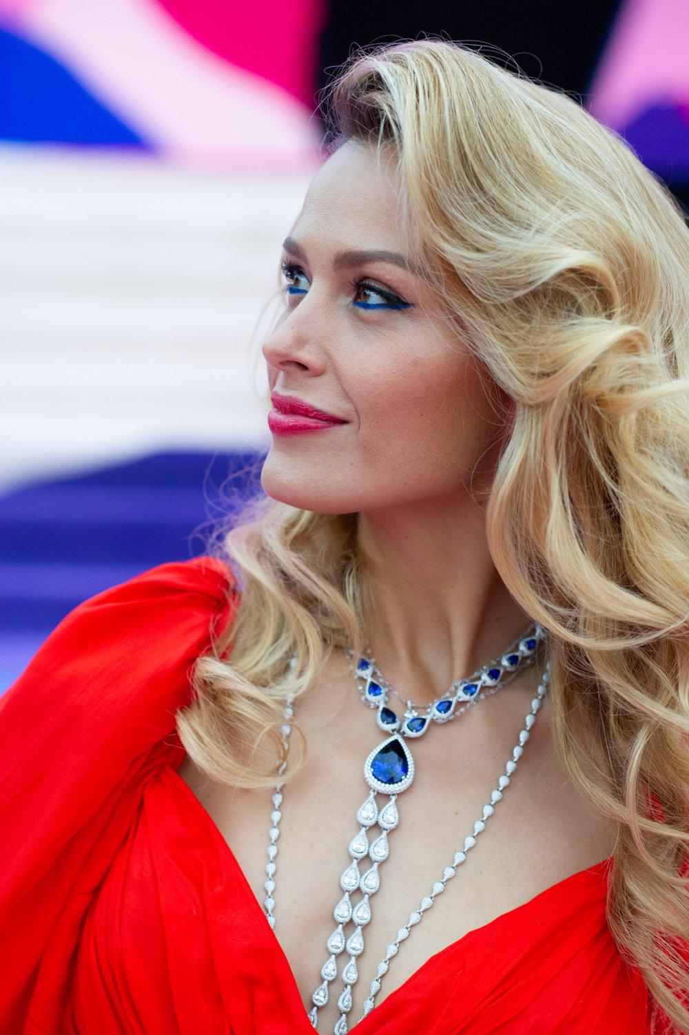 Petra Nemcova眼下藍色眼線就如頸鍊上的藍寶石一樣迷人