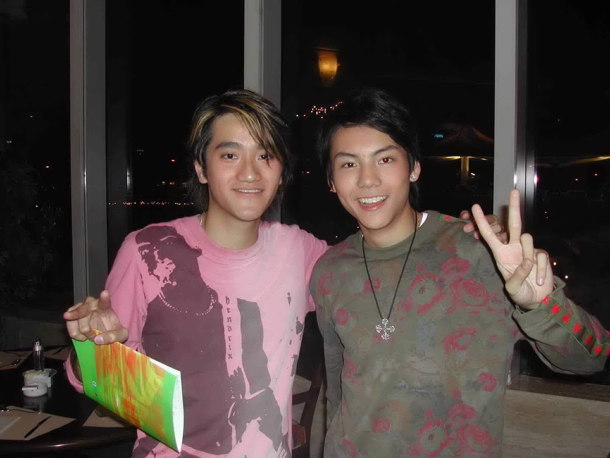 與陳偉霆同年參加全球華人新秀歌唱大賽,十三年前兩人都一臉孩子氣。