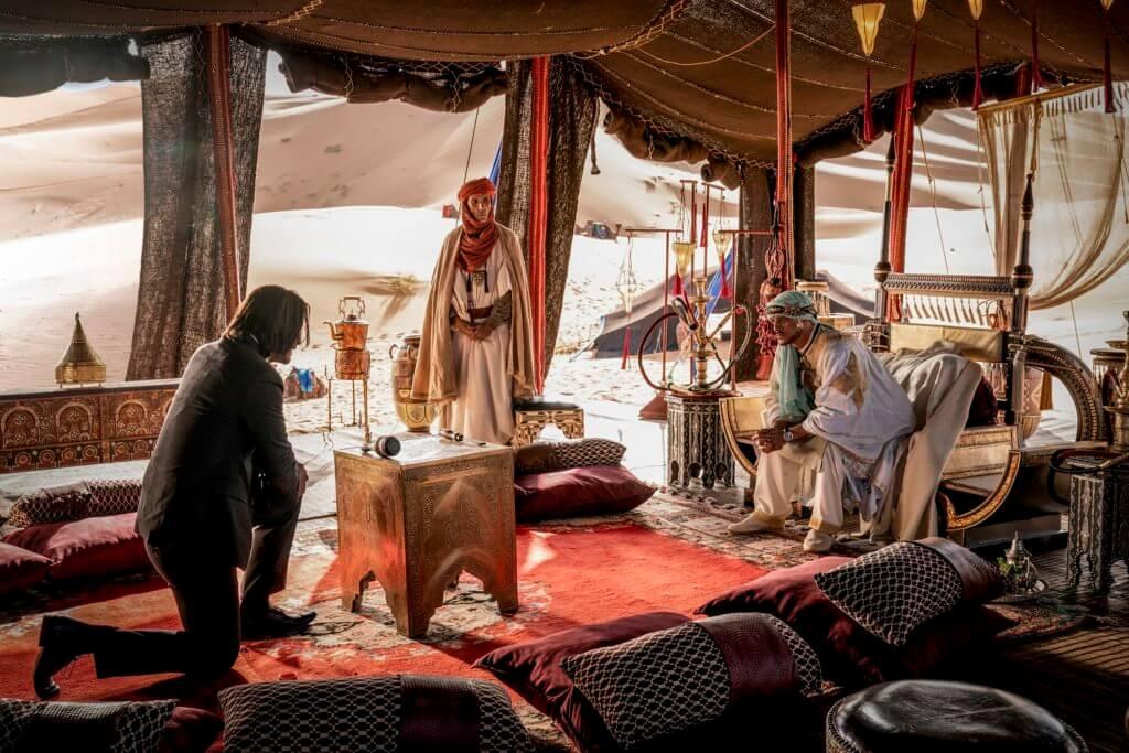 奇洛還要到沙漠尋找殺手世界最有權勢的長老解圍。