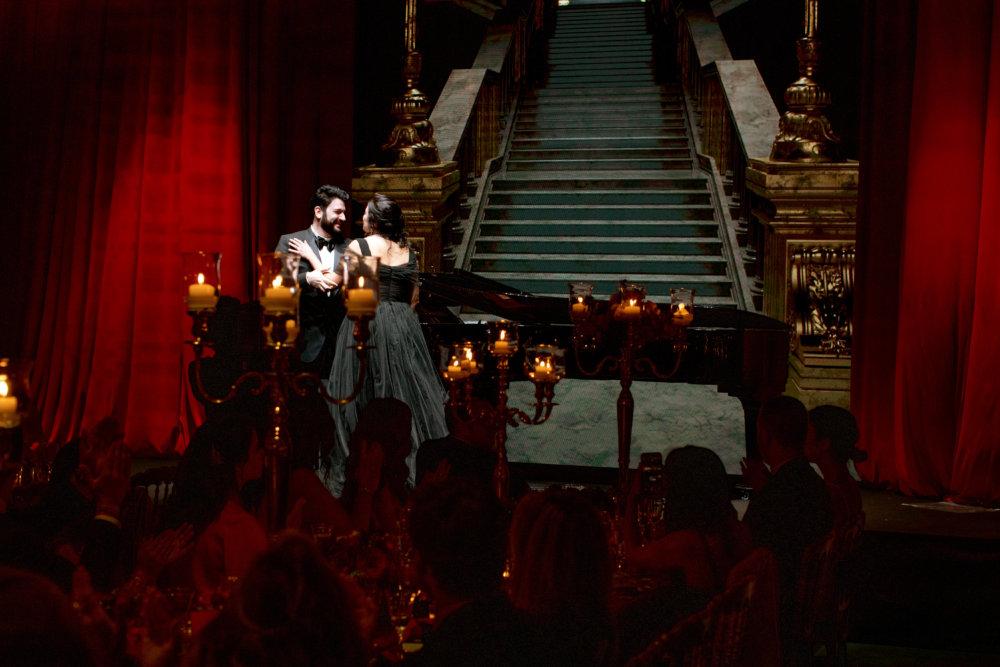 宴會廳的佈置靈感來自《歌聲魅影》,全球最具才華之一的歌唱家夫婦Anna Netrebk與Yusif Eyvazov表演演唱了三首浪漫樂曲。